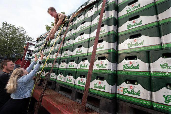 De kratten bier worden goed vastgesnoerd.