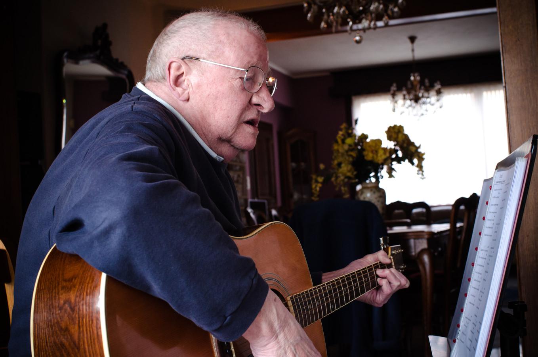René est prêt à apprendre la guitare à quiconque se montre intéresser. Pour lui, le plus important et d'avoir de la compagnie et de transmettre son savoir.