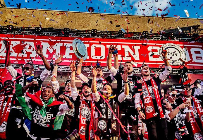 PSV is landskampioen in 2018. Luuk de Jong en Jorrit Hendrix zijn het middelpunt van PSV-vreugde op het Stadhuisplein in Eindhoven bij de huldiging.