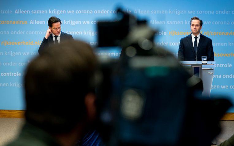 Premier Mark Rutte en Minister Hugo de Jonge van Volksgezondheid, Welzijn en Sport (CDA) tijdens de persconferentie over corona. Beeld Freek van den Bergh / de Volkskrant