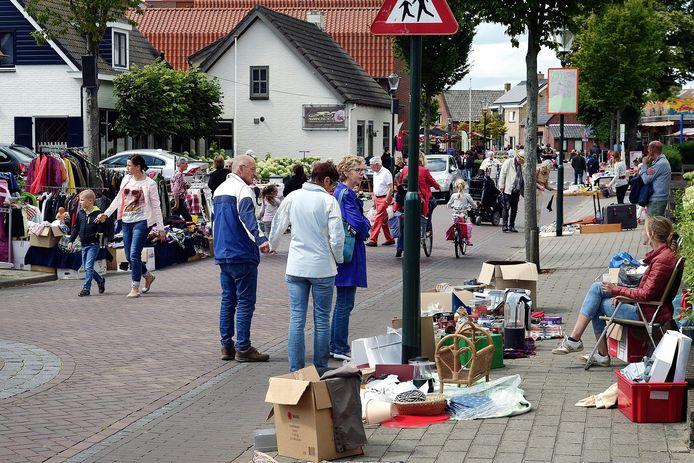 De vrijmarkt in de Dorpsstraat van Woensdrecht, zoals hier op archiefbeeld uit 2017, kan dit jaar door corona niet in de traditionele vorm doorgang vinden. Er is wel een alternatieve rommelmarktroute bedacht.