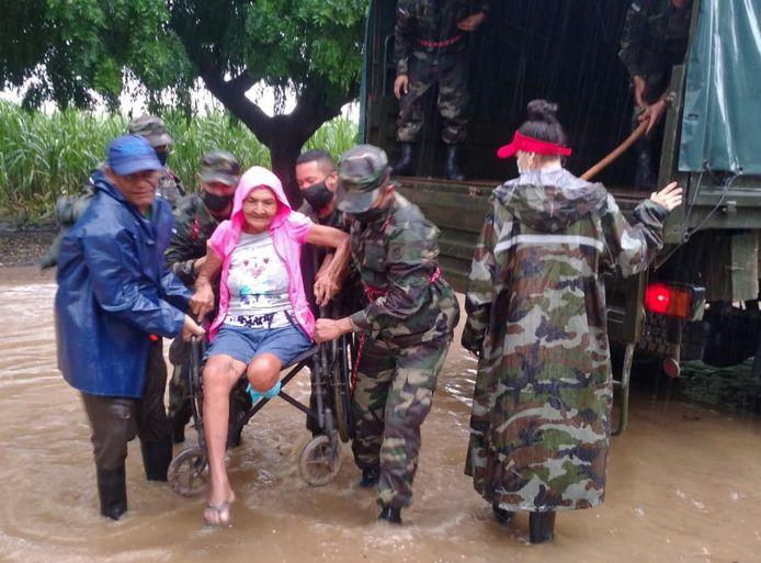 Militairen helpen een vrouw in Nicaragua.
