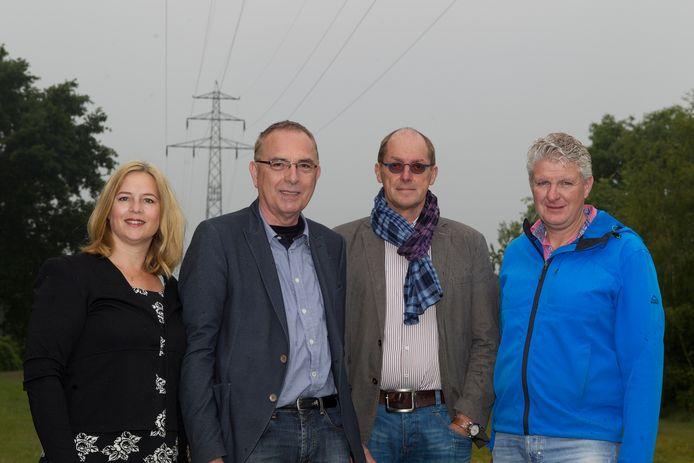 De kabel gaat hoogstwaarschijnlijk ondergronds. Op archiefbeeld de leden van Kabelvrij Raalte, van links naar rechts: Mirjam Betten, Breun Breunissen, Willem Hulsman en Theo van Baal.