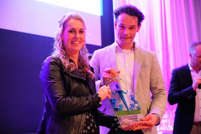 Winnaars eerste Ondernemersprijs Tubbergen; de starters van het jaar, Ruben en Miriam Braakhuis van leerboerderij Stayble uit Mander.