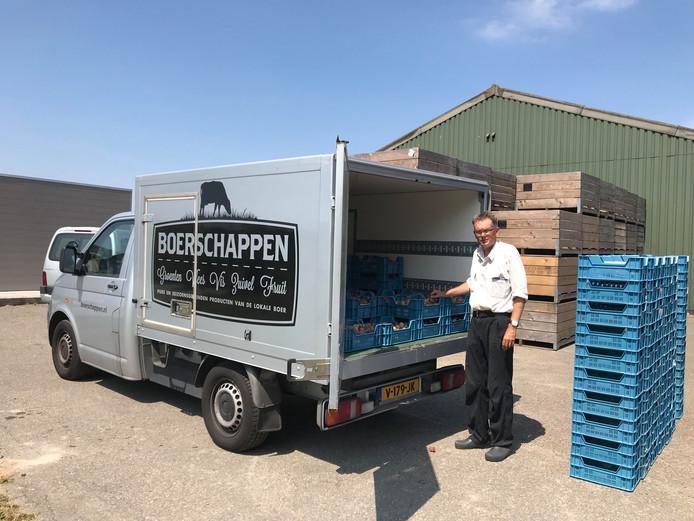 Fruitteler Kees Hamelink in Wemeldinge heeft dinsdag weer 500 kilo pruimen geladen in een vrachtwagen van Boerschappen.