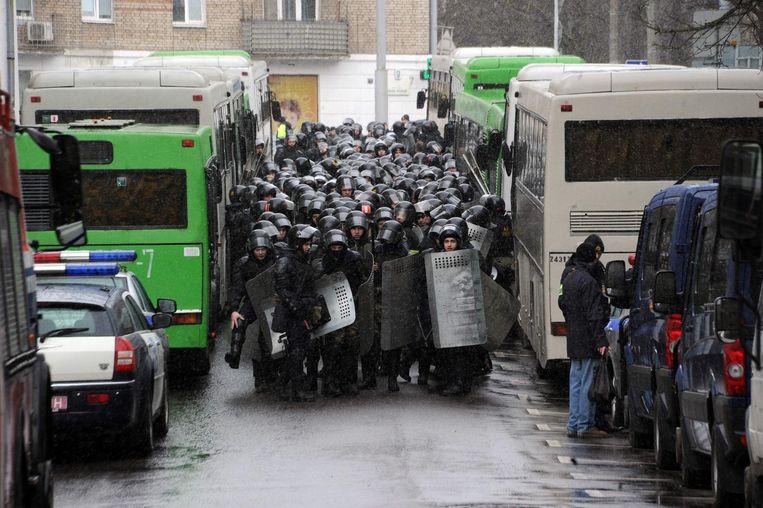 Leden van de oproerpolitie pakten her en der betogers op. Beeld afp