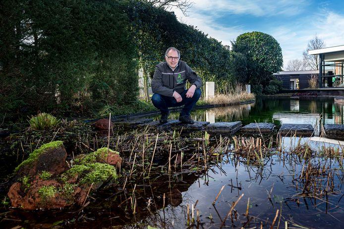 John Bijlsma (eigenaar tuinbedrijf ) bij een door hem aangelegde zwemvijver.