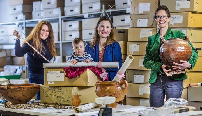 Archeologen Vian Gast (r.) en Joanneke van den Engel met haar zoontje Thomas.