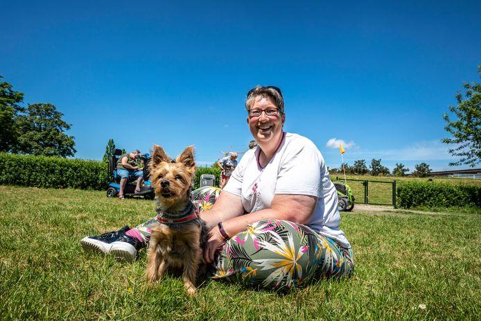 Zoetermeer Rokkeveen Floriadepark Marije Ronteltap regelde een hondenuitrenplek in het Floriadepark. De hondenbaasjes zijn er erg blij mee, de honden ook.