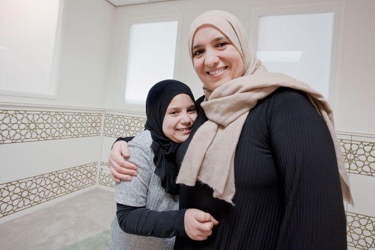 Seloua Boudadi samen met dochter Kawthar in de gebedsruimte van Itihad. Beeld Otto Snoek