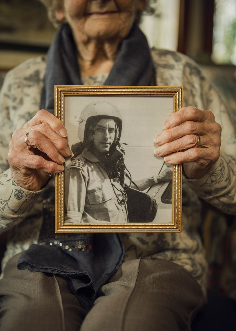 Marion Fowkes met een foto van haar overleden echtgenoot als piloot  Beeld Tim Coppens