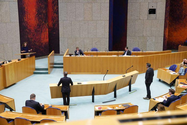 (vlnr) Sophie Hermans (VVD), demissionair minister Hugo de Jonge (Volksgezondheid, Welzijn en Sport) en demissionair premier Mark Rutte in de Tweede Kamer tijdens een debat over de ontwikkelingen rondom het coronavirus.  Beeld ANP