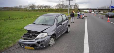 Auto total loss bij ongeval op A73, één rijstrook dicht