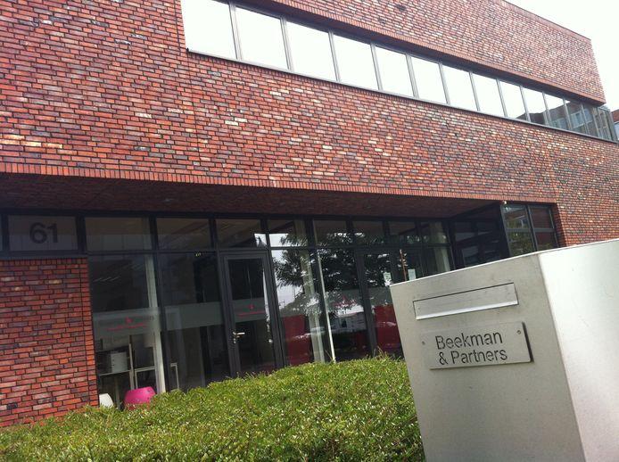 Beekman & Partners - spil in een grootschalige fraudezaak - ging in 2013 failliet. Het toenmalige kantoor van notaris Schuite was ernaast gevestigd.
