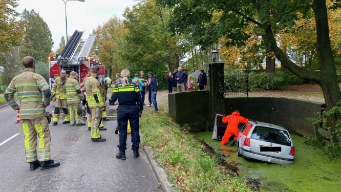 Auto belandt in sloot op Straatweg in Breukelen