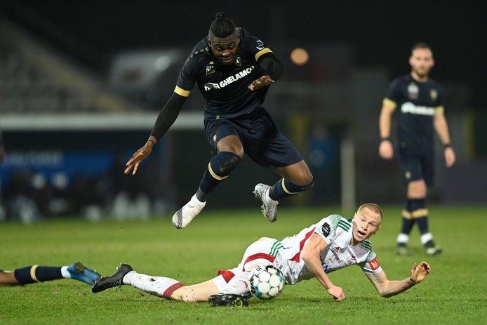 Louis Patris pakt uit met een geslaagde stevige tackle op Antwerpspeler Frank Boya.