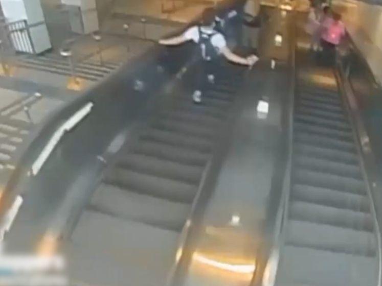 L'homme qui a poussé une femme dans un escalator d'une station de métro a été arrêté