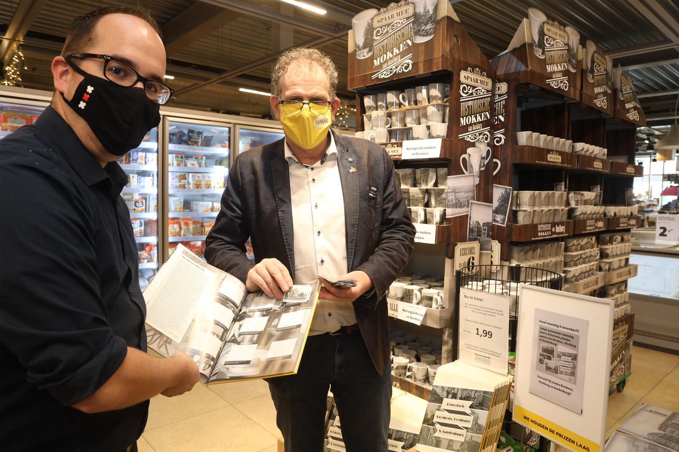Niels de Krijger (links) en Pascal Ingels laten een van de verzamelalbums zien, de plaatjes moeten er nog worden ingeplakt.