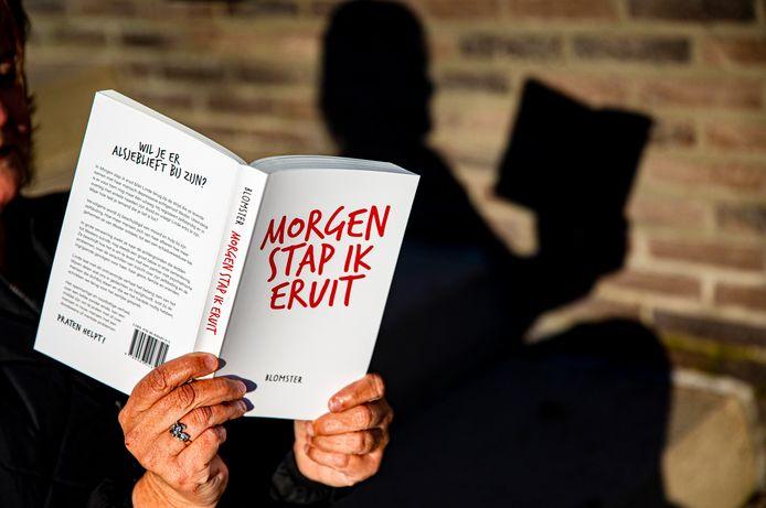 Geertje Sloots met haar net verschenen boek over haar leven met een manisch depressieve echtgenoot en op 50-jarige leeftijd een einde maakte aan zijn leven.