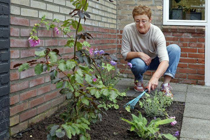Irense Janssens in haar achtertuin. Waar nu plantjes staan, lagen tot voor kort tegels.