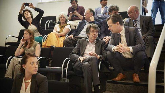 Wethouder Marnix Norder (tweede van rechts af) in gesprek op de publieke tribune.
