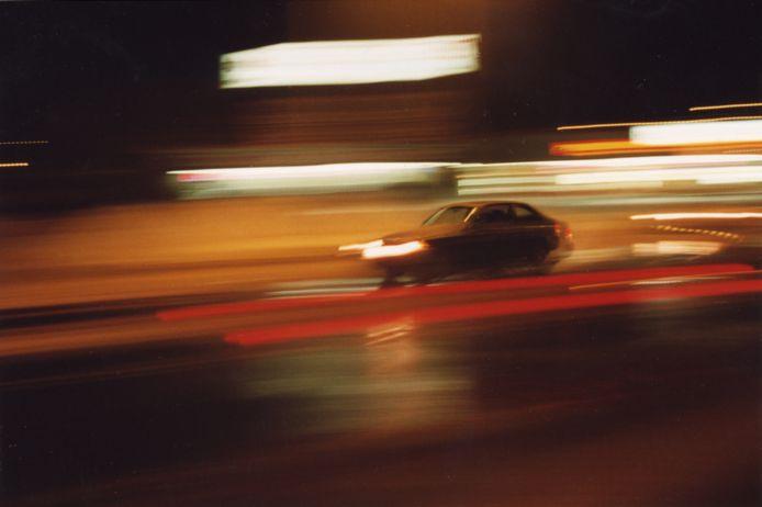 Een auto raast voorbij, foto ter illustratie.