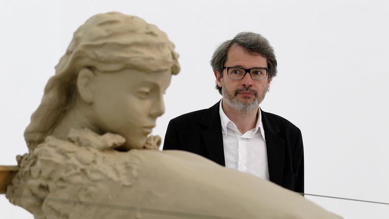 Lorenzo Benedetti bekijkt een kunstwerk van de Nederlandse kunstenaar Mark Manders. Beeld anp