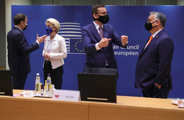 Franse president Emmanuel Macron, voorzitter van de Europese Commissie Ursula von der Leyen, Morawiecki en Orbán tijdens de EU-top. Beeld AP