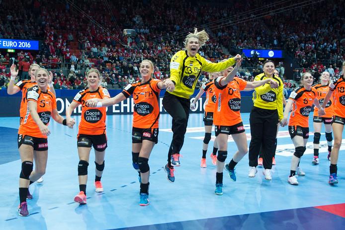 Oranjespelers vieren het behalen van de EK-finale na afloop van de halve finale van het Europees Kampioenschap tussen Nederland en Denemarken.