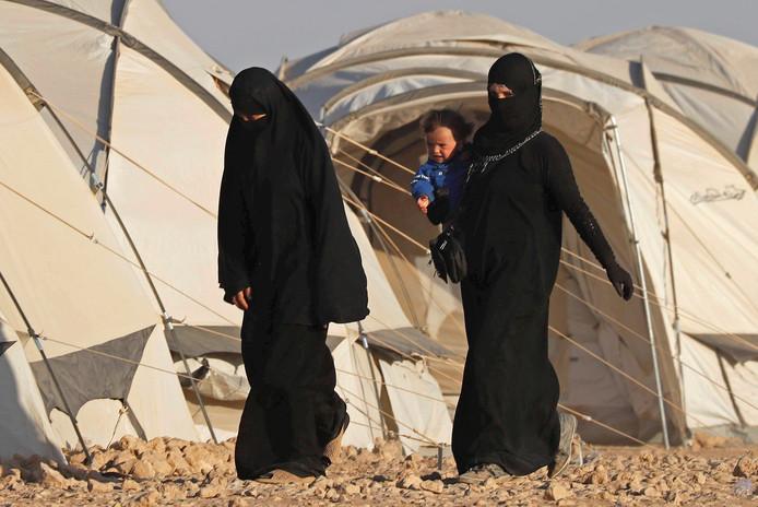 Vrouwen in vluchtelingenkamp Ain Issa, waar ook de Nederlandse Ilham verblijft.