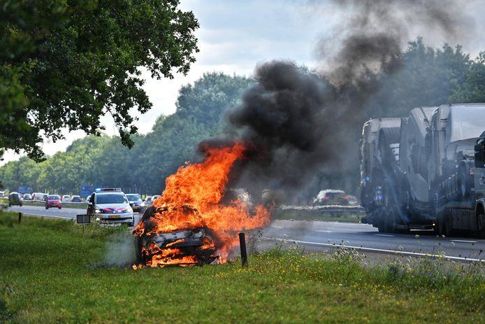 Auto uitgebrand op A58 bij Sint Willebrord.