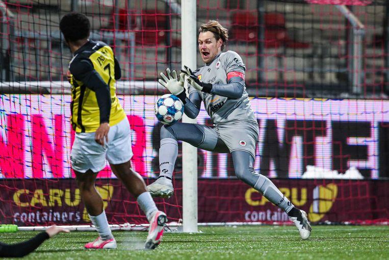 Loïs Openda van Vitesse, in duel met doelman Alessandro Damen van Excelsior. Beeld ANP