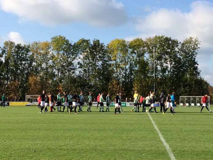 Begin van de wedstrijd. Beide ploegen kunnen de punten goed gebruiken in de tweede klasse Zuid 1.