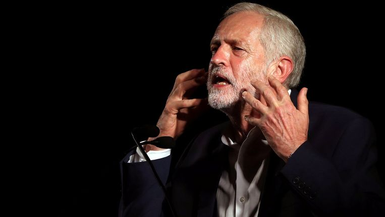 Jeremy Corbyn sprak in augustus tijdens een Labour-bijeenkomst in het Schotse Glasgow. Een aanhanger: `De media stellen Corbyn radicaler voor dan hij is. Hij is wat we vroeger gewoon links noemden.' Beeld null