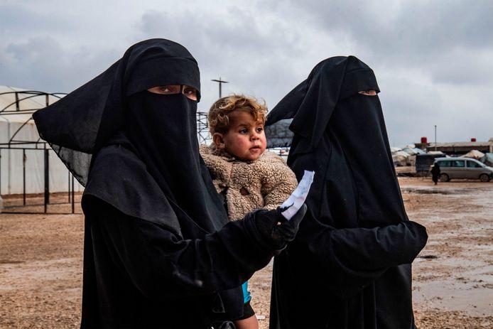 Themabeeld uit het Syrische kamp Al-Hol, onder bewaking van Koerdische strijders die met de internationale coalitie meevochten tegen IS.