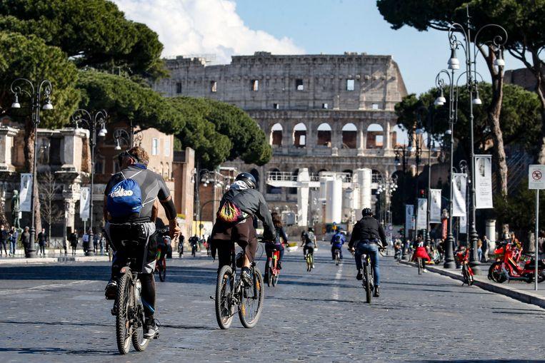 Rome, afgelopen weekend. Italianen gaan soepel om met coronamaatregelen. Correspondent Rosa van Gool: 'Toen ik vanmiddag naar de ijsboer ging verpakte hij mijn ijsje keurig in aluminiumfolie, want dan ziet iedereen dat het om afhaalijs gaat.' Beeld EPA