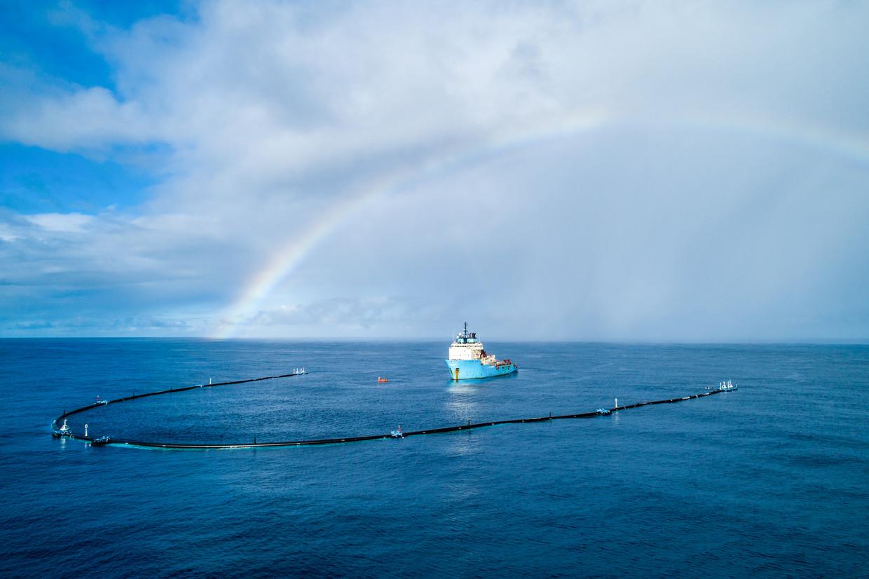 Een plasticvanger van Boyan Slats organisatie The Ocean Cleanup in de Great Pacific Garbage Patch, oktober vorig jaar. In dit noordelijke stuk van de Grote Oceaan van 1,6 miljoen vierkante kilometer hoopt zich veel afval op.