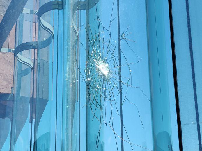 De beschadiging zit aan de gevel van het MAS die uitkijkt op het Van Schoonbekeplein.