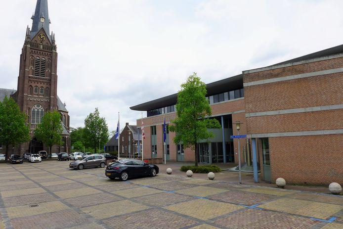De fontein voor het gemeentehuis van Haaren - rechts van de entree, net zichtbaar achter het straatnaambordje - werd vandaag even gratis aangeboden via internet. Het bleek een te voorbarige actie.