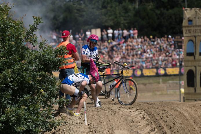 Deze 'wielrenners' doen een wel heel getrouwe imitatie van Tom Dumoulin in de Giro.