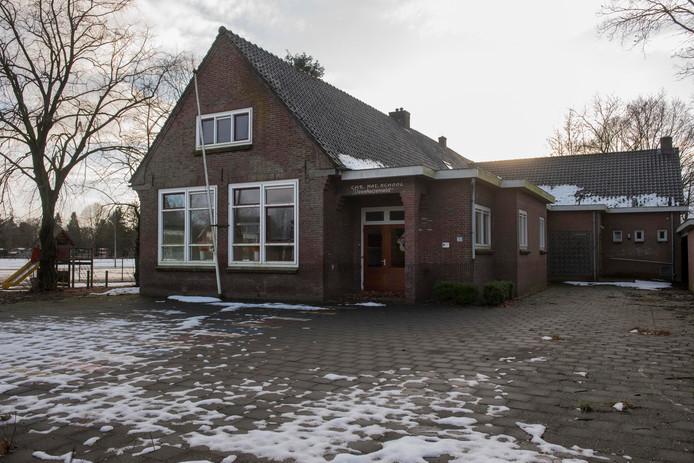 De School met de Bijbel in Veenhuizerveld, op deze foto in de winter van 2017, staat al een tijdje leeg. Tijdelijk heeft de Kunstkelder Putten exposities gehouden in de school.