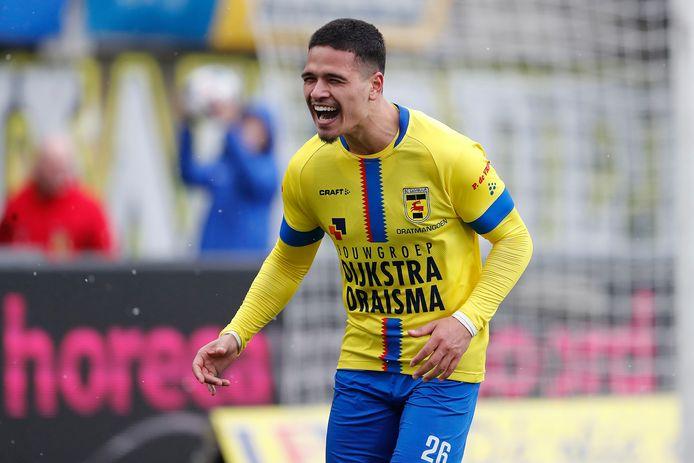 Ragnar Oratmangoen verzekerde zich onlangs met SC Cambuur van de titel in de eerste divisie; daar leverde hij met acht goals in 20 duels zijn bijdrage aan.