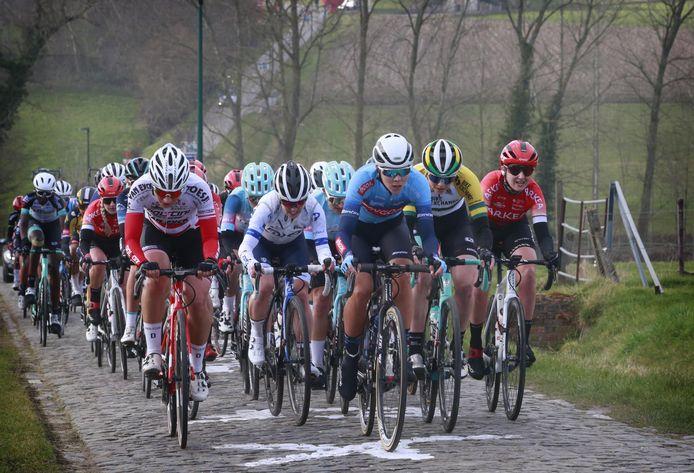 Thalita de Jong (midden, in het blauw van Bingoal) in actie tijdens de Omloop Het Nieuwsblad.