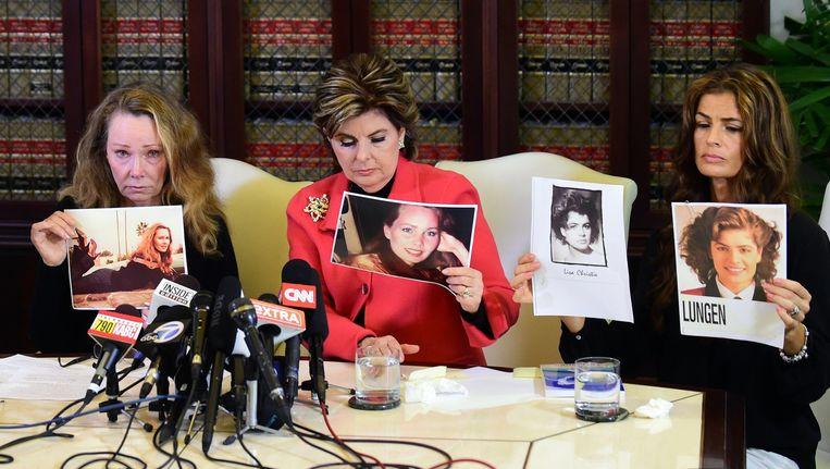 Slachtoffers Sharon Van Ert (links) en Lisa Christie (rechts) worden bijgestaan door advocate Gloria Allred. Beeld afp