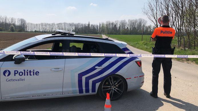 De politie sloot de hele namiddag de weg af voor de vaststellingen van het ongeval.