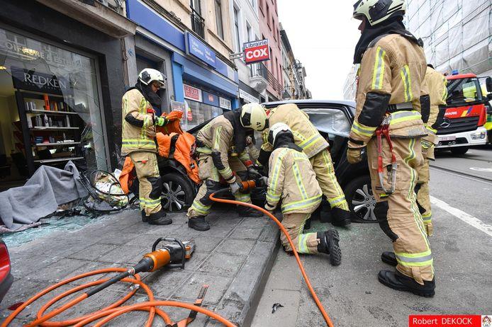 De brandweer moest de bestuurder uit zijn voertuig bevrijden.