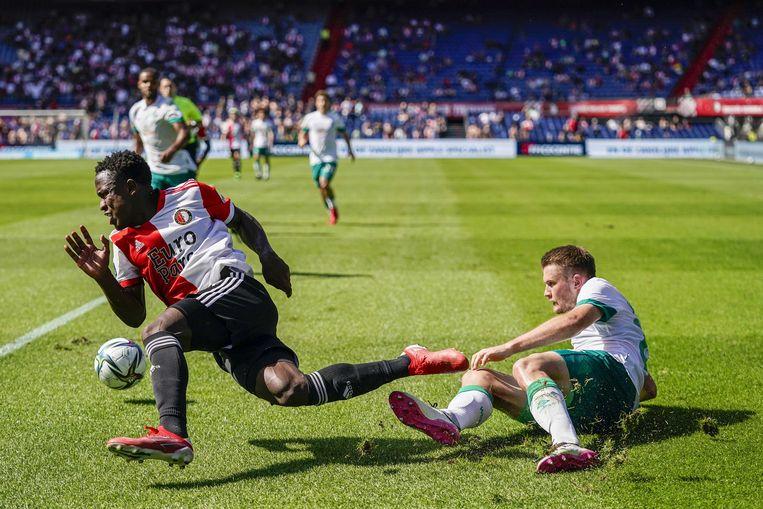 Luis Sinisterra van Feyenoord wordt getackeld door Lars Lukas Mai van Werder Bremen. Hij zou uitvallen met een op het oog pittige blessure. Beeld Tom Bode / ANP