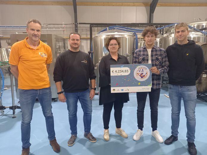 Brouwer Roland Boschman, moeder Nancy Lamers en twee vrienden van Luuk overhandigen de cheque aan Wilbert van Wachtendonk van KiKa.