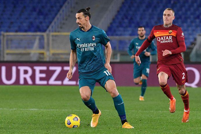 Zlatan Ibrahimovic wordt achtervolgd door Rick Karsdorp.