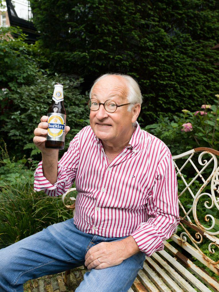 4 juni 2018. Youp van 't Hek drinkt een alcoholarm Buckler biertje uit 1991. Beeld Ivo van der Bent